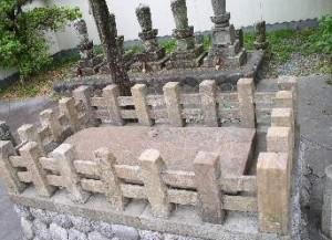 ヘンミの墓
